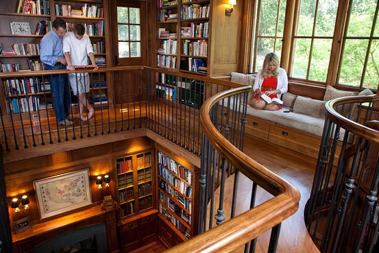 Daniel Rubin com seu filho Sam, centro, e filha Caroline, dir., na biblioteca da casa deles em Atherton, Califórnia (Foto: Reprodução/WSJ)