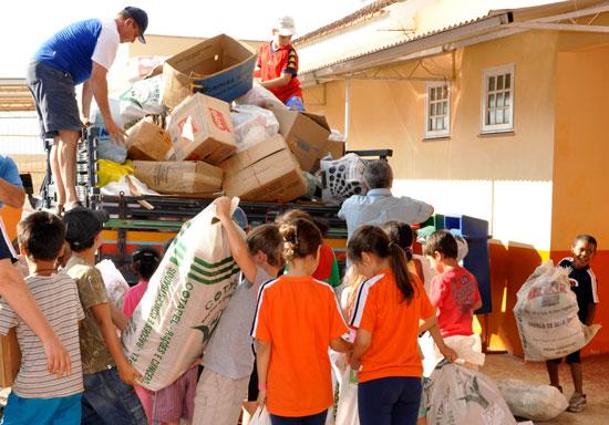 Comprometidos com a preservação do meio ambiente, os estudantes da escola gaúcha desenvolvem atividades como coleta e separação do lixo para reciclagem (Foto: Arquivo da Escola Rafael Pinto Bandeira)