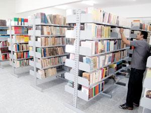 A biblioteca da Faculdade de Filosofia Dom Aureliano Matos (Afidam), localizada em Limoeiro do Norte, terá todo acervo digitalizado, espaço de leitura e laboratório de informática. Na foto, o diretor Hidelbrando dos Santos (Foto: Reprodução)