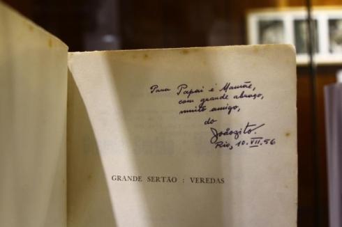 Exemplar do clássico Grande Sertão: Veredas traz mensagem deixada por Guimarães Rosa aos pais (Foto: Hoje em Dia)
