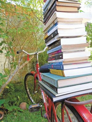 Com a boa vontade de parceiros, as comunidades rurais recebem livros de forma alternativa, que chegam sendo trazidos até por bicicletas. O objetivo é fazer com que a dificuldade de acesso à leitura seja superada (Foto: Melquíades Júnior)