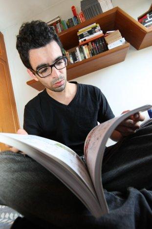 O estudante Arthur Tertuliano quase sempre ganha livros de presente (Foto: Ivonaldo Alexandre/Gazeta do Povo)