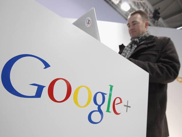 Usuário mexe em computador no stand do Google: o juiz federal Denny Chin rejeitou um polêmico acordo de US$ 125 milhões que o Google alcançou com editores (Foto: Sean Gallup/Getty Images)