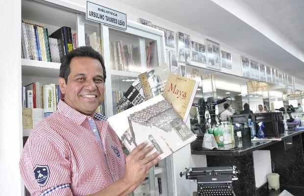 Ruimar Ferreira administra a barbearia que funciona em Goiânia há quase 37 anos (Foto: Adriano Zago/G1)
