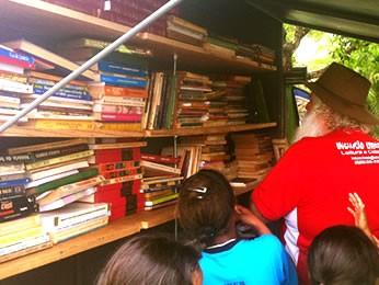 Biblioteca móvel percorre bairros em Cuiabá (Foto: Marcelo Ferraz/G1)