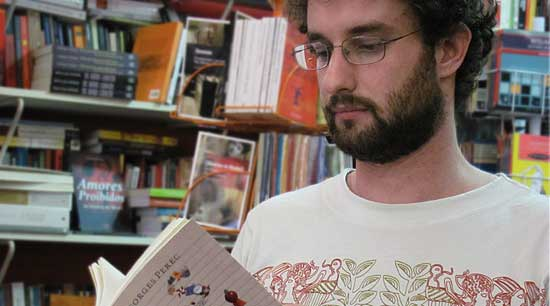 Para o livreiro Rafael, o espaço das livrarias e a sua profissão não devem ser extintos (Foto: naSavassi/Bruno Fonseca)