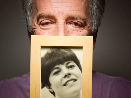 Sylvio Massa e a foto da mulher. No sebo Baratos da Ribeiro, ele reencontrou a dedicatória que escreveu para a falecida esposa em um livro de J.D. Salinger, em 1966 (Foto: Leonardo Aversa/Agência O Globo)