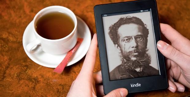 BEST SELLER VIRTUAL Montagem de uma foto de Machado de Assis na tela do Kindle, da Amazon. Por menos de R$ 2, suas obras completas são um sucesso de vendas (Foto: O Globo)