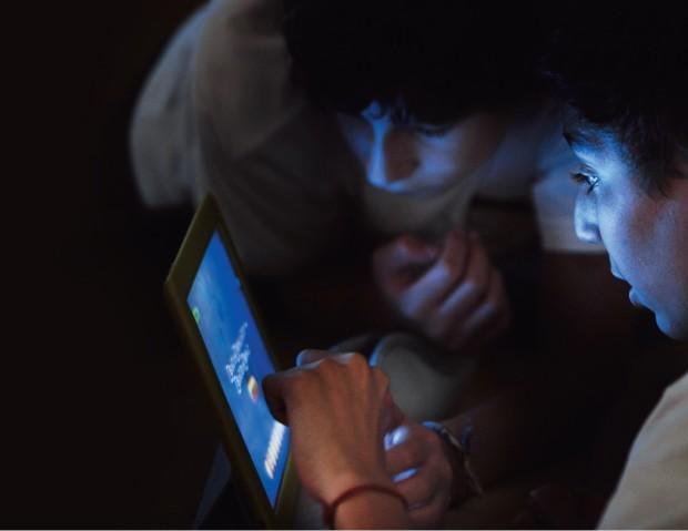 AIunos do ensino médio da Escola Internacional de Alphaville usando seus tablets. A aula de química ficou mais interessante (Foto: Rogério Cassimiro/Época)