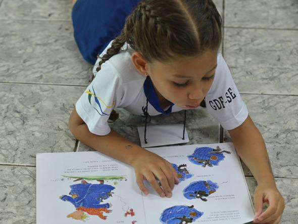 Criança lendo um livro: o escritor e ilustrador de livros infantojuvenis, Bernardi Jr, lembra que a descoberta de que o livro infantil não tem que ser especificamente pedagógico é recente. (Foto: Elza Fiuza/ABr)