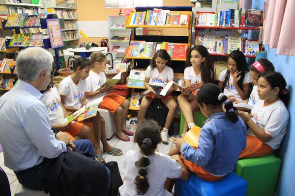 Na edição do ano passado, o educador José Pacheco compartilhou experiências da Escola da Ponte com estudantes locais (Foto: Emanuel Amaral/Reprodução)
