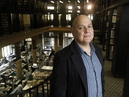 Renato Lessa posa na Biblioteca Nacional (Foto: Camilla Maia/Agência O Globo)