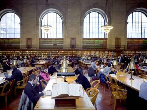 Visitantes na biblioteca pública de New York (Foto: New York Times)