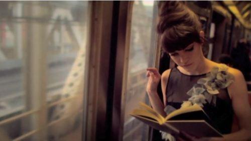 Leitura no metrô (Foto: Reprodução)