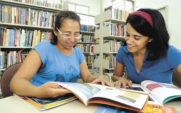 Elione Cavalcante e Ana Paula de Paula são frequentadoras assíduas da biblioteca do Centro de Cultura Lindeia Regina (Foto: Reprodução/EM)