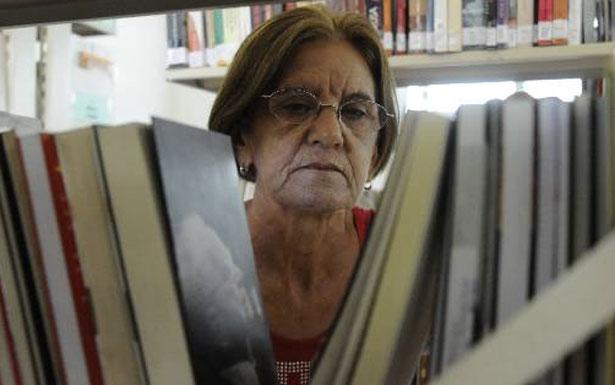 Marly Diniz busca seus livros no centro cultural do Bairro Salgado Filho (Foto: Reprodução/EM)