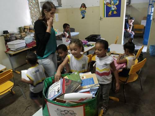 Recife. Uma caixa de papelão é a 'biblioteca' de uma escola municipal (Foto: Agência O Globo)