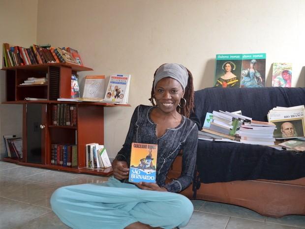 Mayra Camargo está montando uma biblioteca comunitária no bairro Santa Fé (Foto: Thomaz Fernandes/G1)