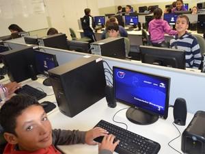 Metade das instituições de ensino básico tem acesso à internet; nas privadas, índice chega quase a 90% (Foto: Igor Savenhago / G1)