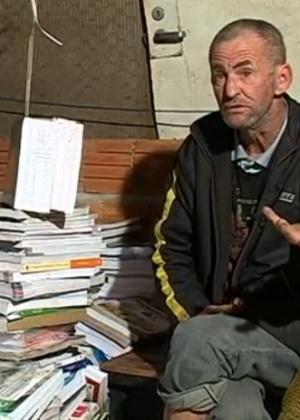 O catador Antônio Osni Monn denunciou o descarte irregular de cerca de 3.000 livros didáticos em SC (Foto: Reprodução/TV)