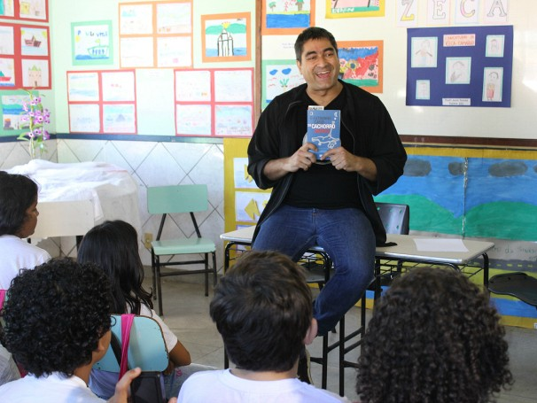 O apresentador Zeca Camargo visitou duas escolas durante as ações da Globo durante a Festa Literária (Foto: Divulgação/Alessandra de Paula)
