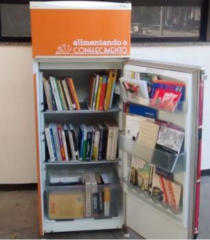 Pessoas encontram vários livros nas prateleiras ao abrir a porta da geladeira (Foto: Divulgação/Prefeitura de Vitória)