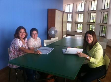 Andréa (no centro) se prepara para uma prova com o auxílio das ledoras Rose e Adriana (Foto: Reprodução)