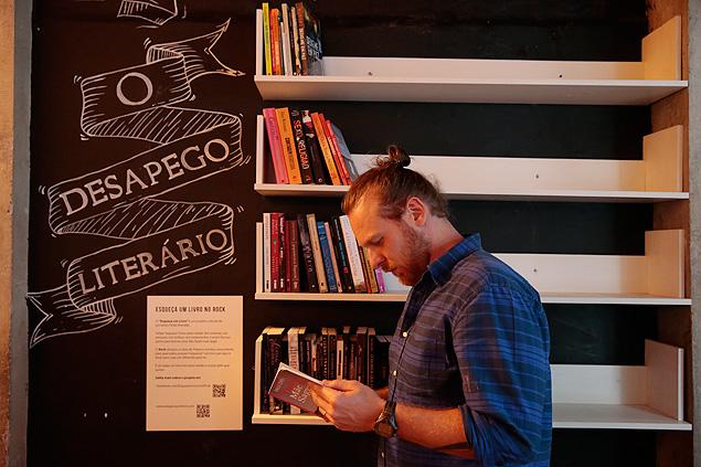 """Estante do projeto """"Esqueça um Livro"""" montada em restaurante na Augusta, famosa rua boêmia de SP (Foto: Joel Silva/Folhapress)"""