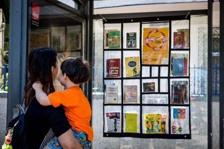 Livros à disposição de quem espera pelo ônibus, em BH (Foto: Reprodução)