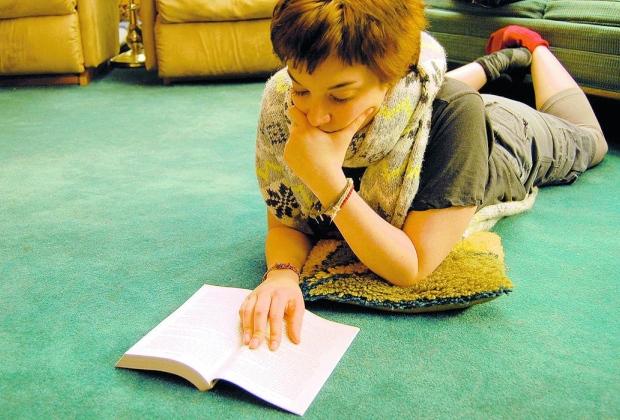 O motivo. Ler funciona como forma de relaxamento porque a literatura faz uma certa relação com as coisas com as quais temos que lidar no dia a dia, mas de uma forma muito mais leve, diz especialista
