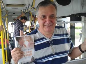 http://g1.globo.com/espirito-santo/noticia/2014/11/homem-cria-projeto-deixa-livros-em-onibus-e-compartilha-cultura-no-es.html