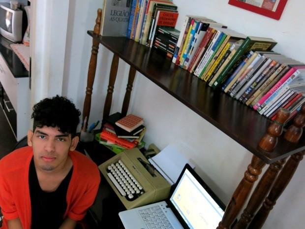 Estante com livros, computador e máquina de escrever ficam na sala de casa (Foto: Orion Pires / G1)