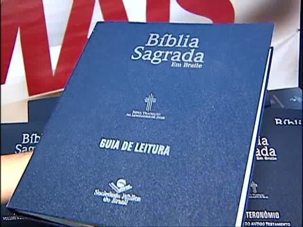 Município agora conta com Bíblia em braile (Foto: Reprodução/TV Integração)
