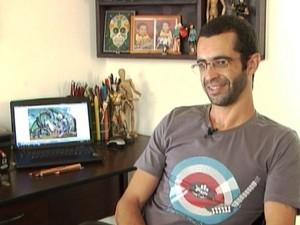 Vinícius César é o ilustrador do livro (Foto: TV Integração/Reprodução)