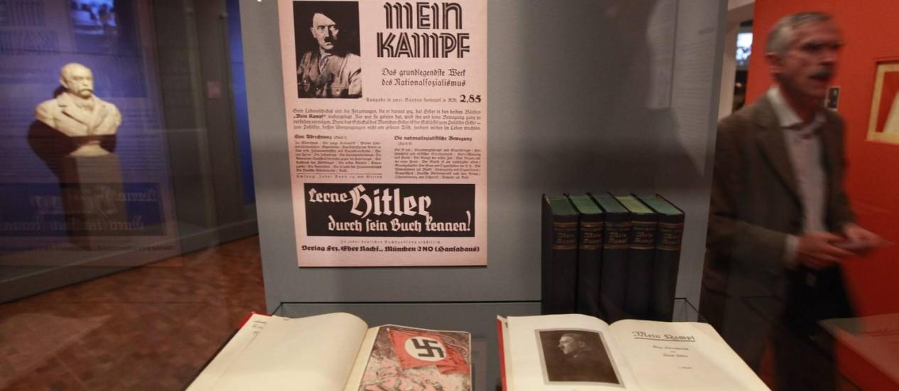 """Cópia de """"Mein Kampf"""" exposta no Museu Histórico Alemão, em Berlim, em 2010. Em meio a uma forte polêmica motivada pelo retorno do antissemtismo europeu, Alemanha irá reeditar livro a partir de 2016 (Foto: Fabrizio Bensch/ Reuters)"""