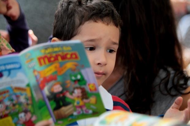 """Cidades - Disposto a estimular a leitura , o pequeno Bernardo , de apenas 4 anos , decidiu criar uma biblioteca """" Bibliotequinha do Be """" no Parque Aggeo Pio Sobrinho no Buritis em Belo Horizonte MG. Bernardo Mascarenhas 4 . Foto: Alex de Jesus/O Tempo 16/05/2015"""