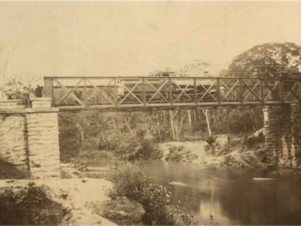 Ponte de linha férrea em Lambari, MG (Foto: Portal Brasiliana Fotográfica / Reprodução EPTV)