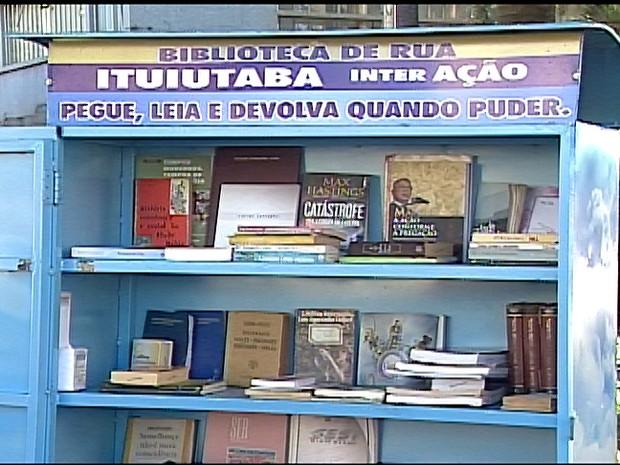 Ação promove a prática da leitura entre os moradores de Ituiutaba  (Foto: Reprodução/TV Integração)
