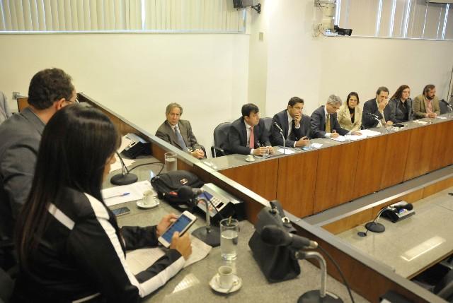 Deputados e pesquisadores debateram a política de tecnologia e inovação no Estado (Foto: Guilherme Bergamini)