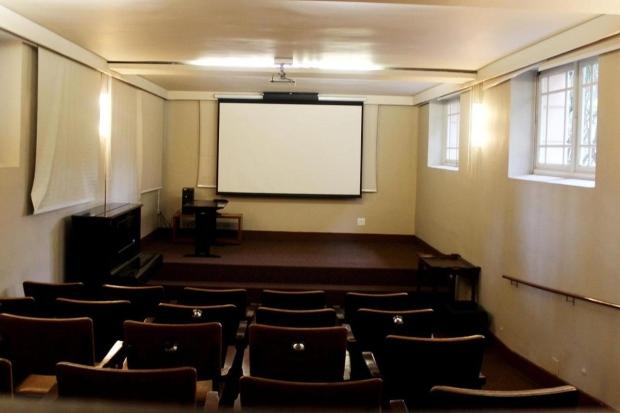 Cinema. A sala de projeções do Palácio da Liberdade já está recuperada e poderá ser utilizada em ocasiões especiais (Foto: Reprodução)
