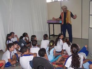 Crianças assistem a apresentação em biblioteca de Divinópolis (Foto: PMD/Divulgação)