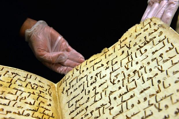 Cópia manuscrita do Corão foi descoberta na biblioteca da Universidade de Birmingham (Foto: Paul Ellis/ AFP)