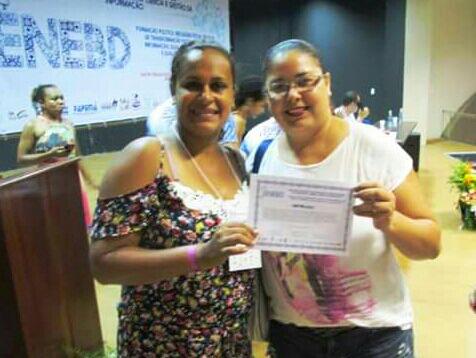 As alunas Elani Régis e Claudia Barbosa, com o certificado de premiação durante o Enebd (Foto: Uespi)