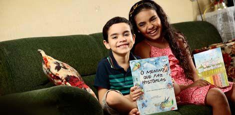Válter ao lado da irmã, Júlia. Os dois já lançaram livros e querem escrever mais publicações (Foto: André Nery/JC Imagem)