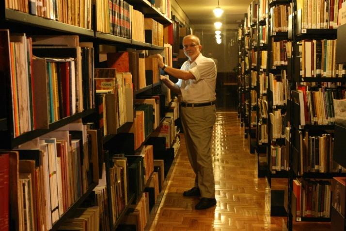 O professor Amilcar Vianna Martins: paixão pelos livros e acervo colecionado durante toda a vida (Foto: Flávio Tavares/Hoje em Dia)