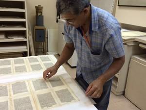 Livro é recuperado por restaurador. (Foto: Cristina Boeckel/ G1)