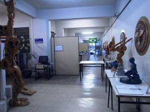 Obras expostas em corredor da biblioteca (Foto: PMD/Divulgação)