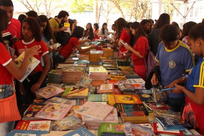 Livros no Centro Histórico:  Alunos da rede pública receberam livros nesta terça-feir, 15 (Foto: Flis/Divulgação)