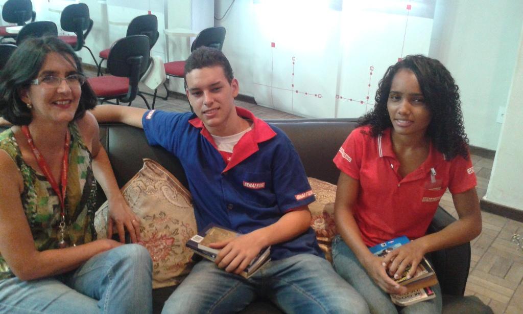 A bibliotecária da escola, Mariza Martins Coelho com os alunos Victor Gabriel Silva Souza e Elenita Aparecida da Silva Valgas