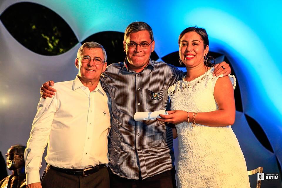 Jair Barbosa, ao centro, recebe a condecoração no evento (Foto: Elvis D'Paula/Prefeitura de Betim)